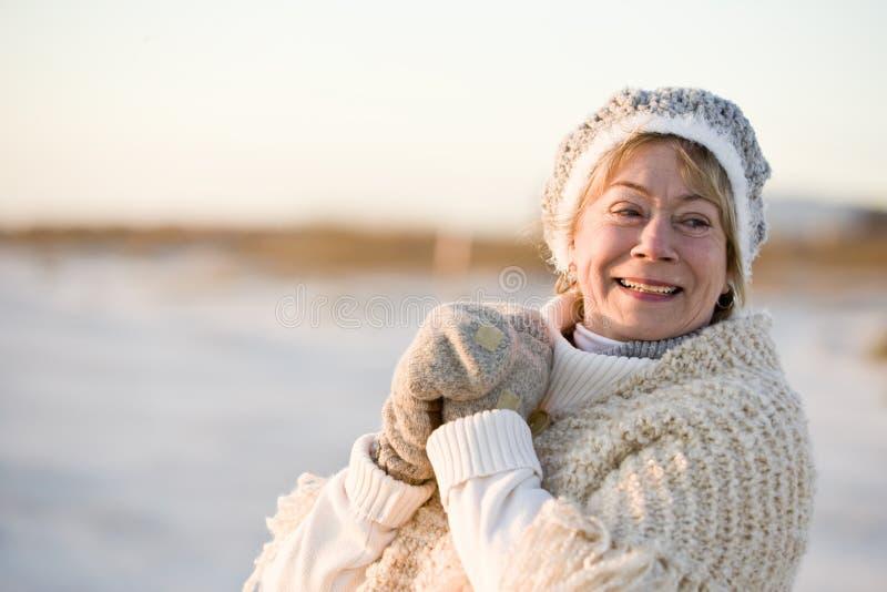 den höga klädståenden värme vinterkvinnan royaltyfri bild