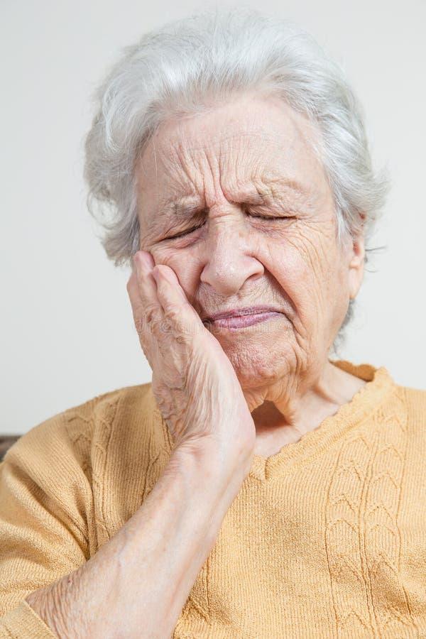 Den höga kvinnan har att smärta arkivfoto