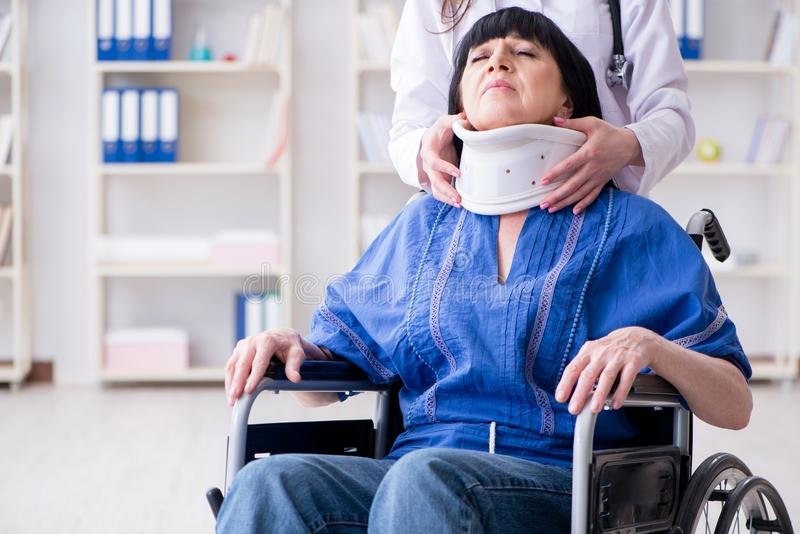 Den höga kvinnan med halsskada på doktorer royaltyfri fotografi