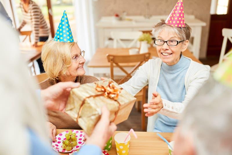 Den höga kvinnan som en födelsedagflicka är lycklig arkivbilder