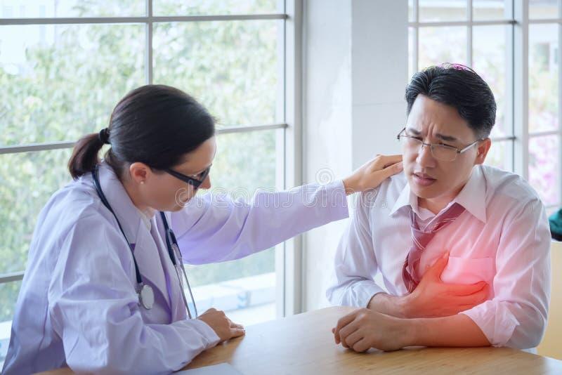 Den höga kvinnliga doktorn konsulterar ungt tålmodigt sammanträde på doktorn av fotografering för bildbyråer