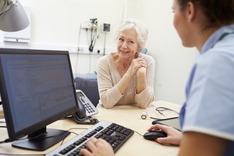 Den höga kvinnliga patienten har tidsbeställning med sjuksköterskan royaltyfria foton