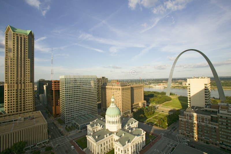 Den högstämda sikten av helgonet Louis Historical Old Courthouse och nyckeln välva sig på Mississippi River, St Louis, Missouri arkivfoto