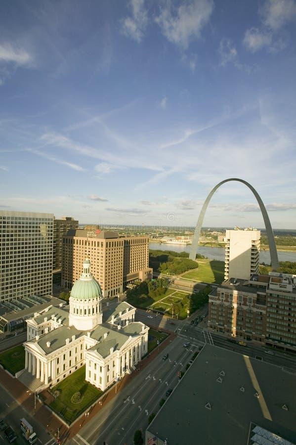 Den högstämda sikten av helgonet Louis Historical Old Courthouse och nyckeln välva sig på Mississippi River, St Louis, Missouri fotografering för bildbyråer