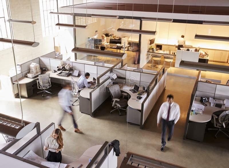 Den högstämda sikten av personalen som arbetar i ett upptaget, öppnar plankontoret royaltyfri bild