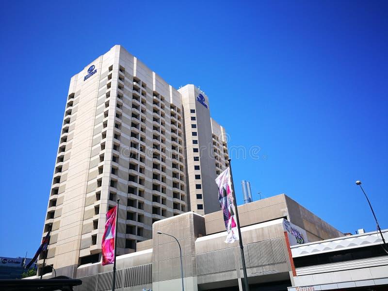 Den högväxta byggnaden för fasad av Hilton Hotel på mitten av Adelaide, södra Australien royaltyfria bilder