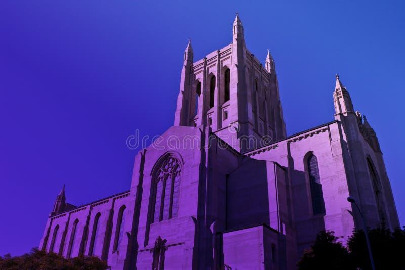 Den högväxta i stadens centrum Los Angeles katolska kyrkan i skymninglilor haze