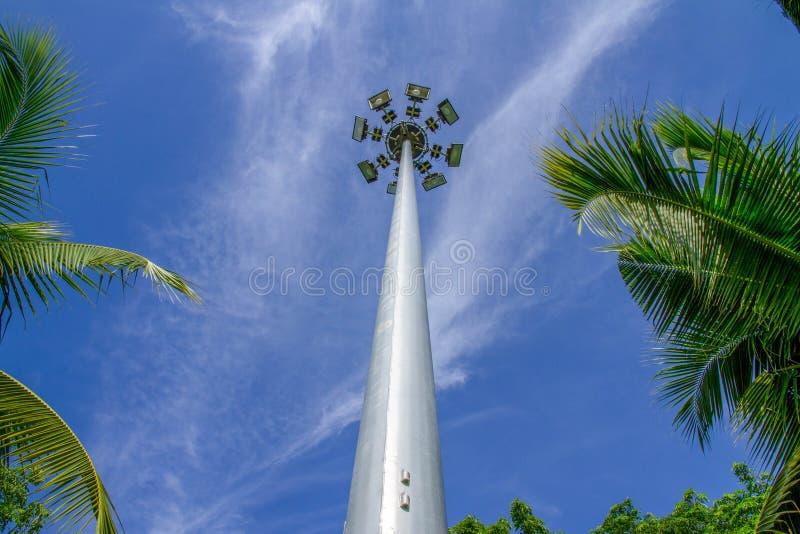 Den högväxta lampstolpen skär med blå himmel royaltyfri foto