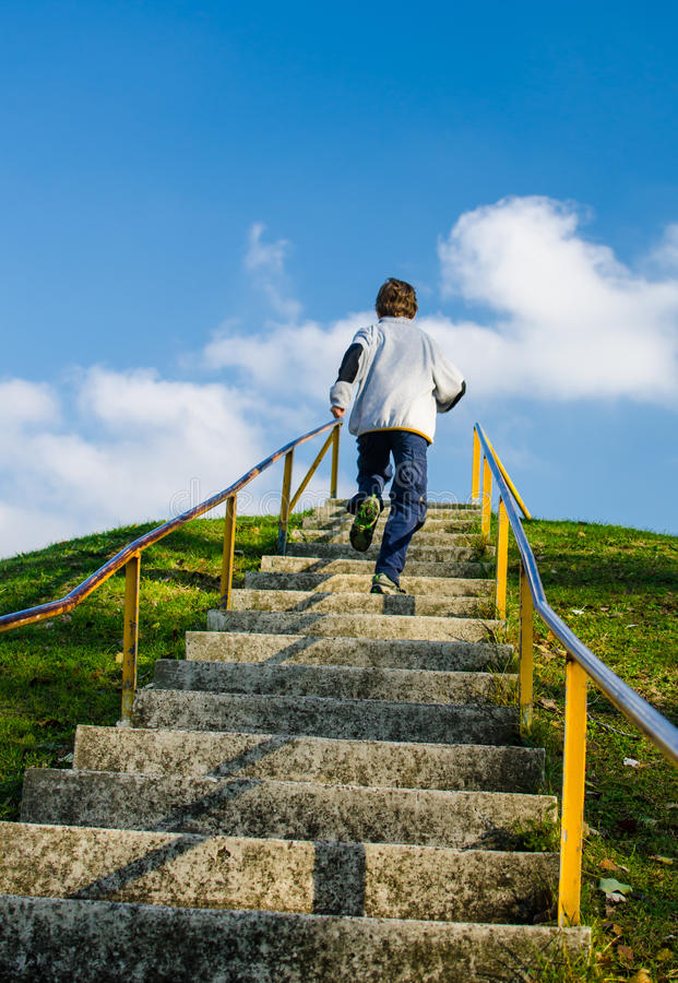Den Hügel oben laufen lassen stockbilder