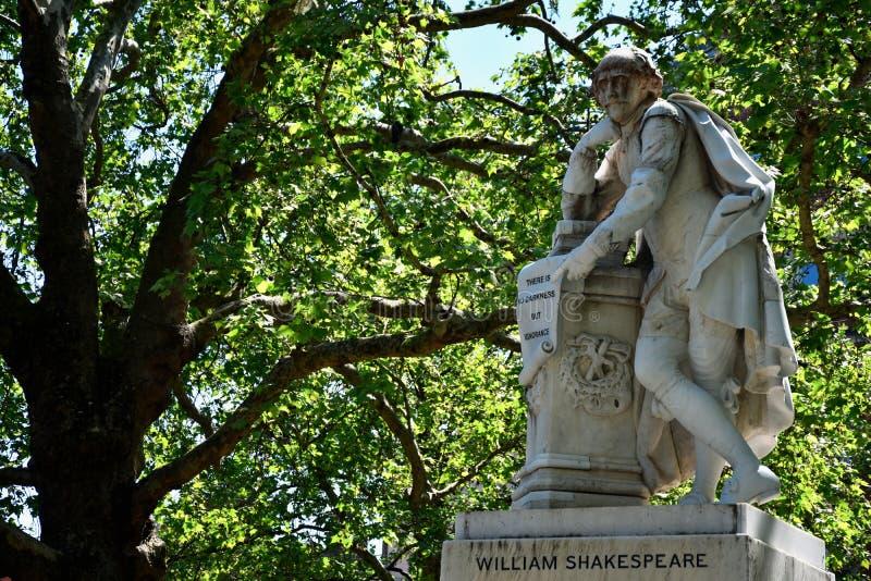 Den h?ga HDR f?r dynamiskt omr?de statyn av William Shakespeare byggde i 1874 i den Leicester fyrkanten i London, UK fotografering för bildbyråer