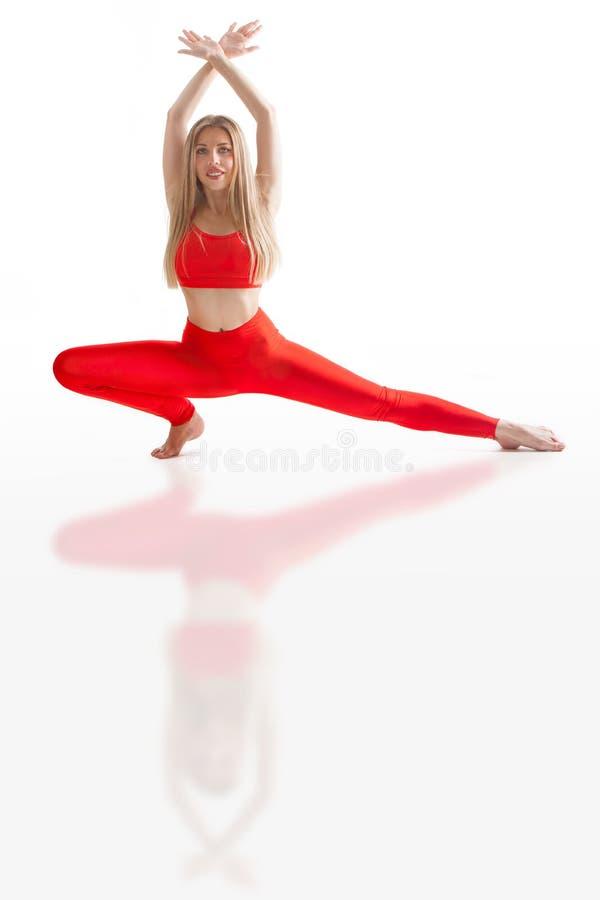 Den h?rliga b?jliga kvinnan som g?r yoga, poserar p? vit fotografering för bildbyråer