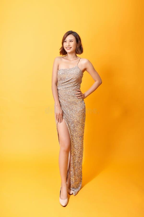 Den h?rliga kvinnan modellerar att posera i elegant kl?nning i studion arkivbild