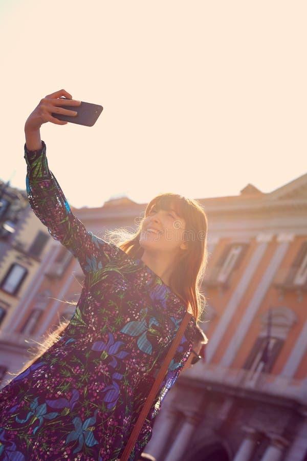 Den h?rliga unga kvinnan tar en selfie i Naples arkivfoto