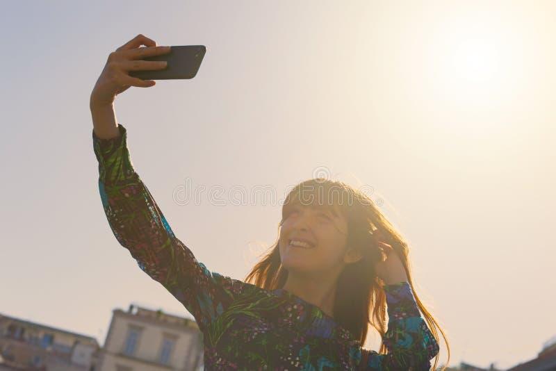 Den h?rliga unga kvinnan tar en selfie i Naples royaltyfria bilder