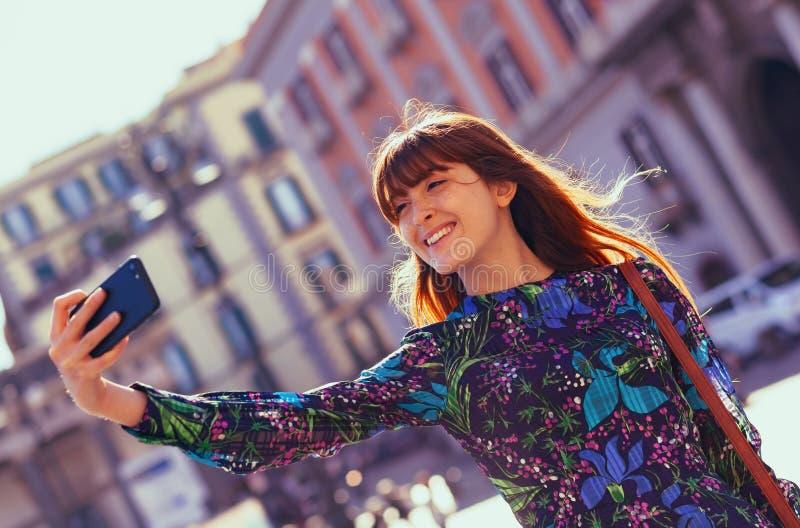 Den h?rliga unga kvinnan tar en selfie i Naples fotografering för bildbyråer