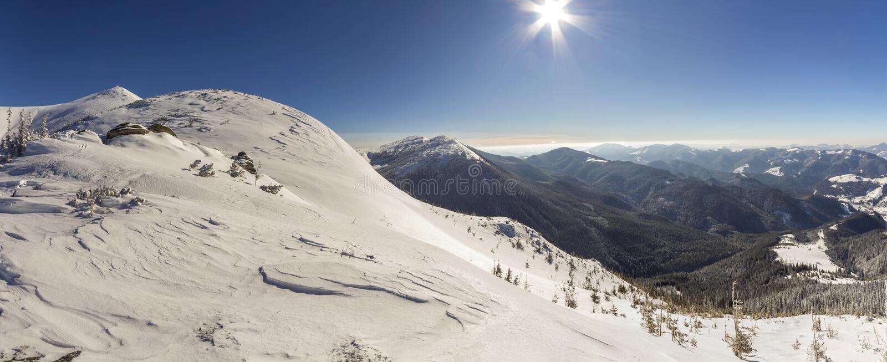 Den h?rliga vintern landscape Brant bergkullelutning med vit djup sn?, avl?gsen tr?ig bergskedjapanorama som str?cker till arkivfoto