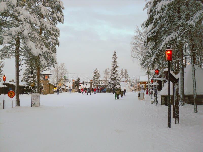 Den h?rliga vintern landskap med snow t?ckte trees Skog med snölandskap och chalet arkivbilder