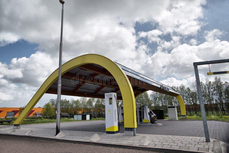 Den Haag, die Niederlande - 10. MAI 2019: Ladestation FastNed-Elektroautos an den Stadtränden der Stadt von Den Haag stockfotografie