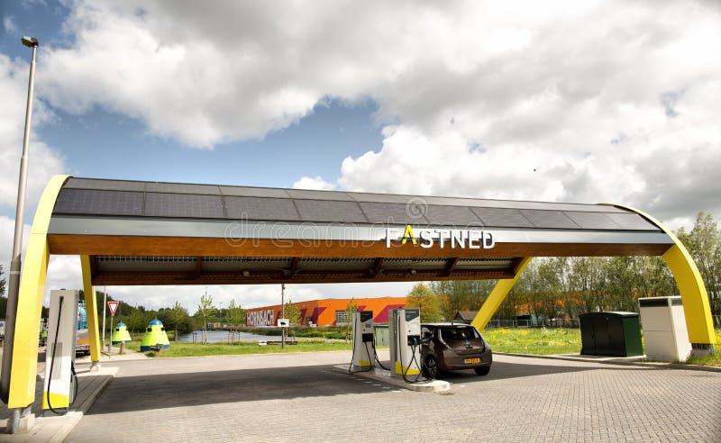 Den Haag, die Niederlande - 10. MAI 2019: Ladestation FastNed-Elektroautos an den Stadtränden der Stadt von Den Haag stockfotos