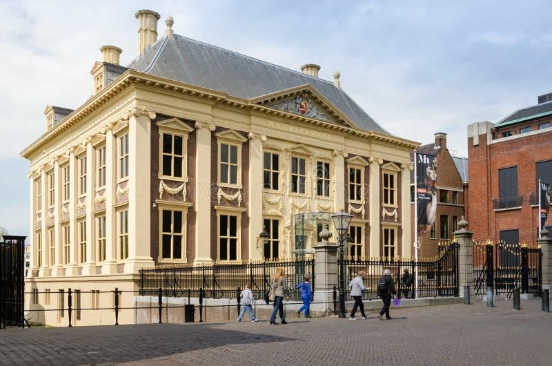 Den Haag, Nederland - Mei 8, 2015: Het Museum van Mauritshuis van het toeristenbezoek in Den Haag stock afbeelding