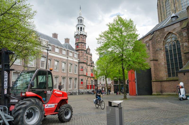 Den Haag, Nederland - Mei 8, 2015: Mensen bij Grote Kerk in Den Haag royalty-vrije stock afbeelding