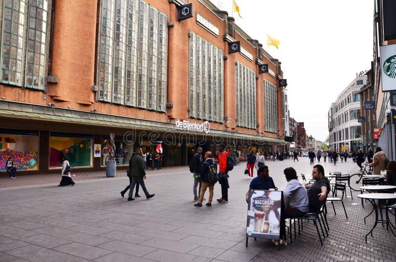Den Haag, Nederland - Mei 8, 2015: Mensen die bij marktstraat winkelen in het centrum van Den Haag royalty-vrije stock foto