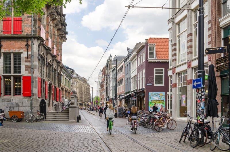 Den Haag, Nederland - Mei 8, 2015: Mensen op venestraat het winkelen straat in Den Haag royalty-vrije stock afbeeldingen