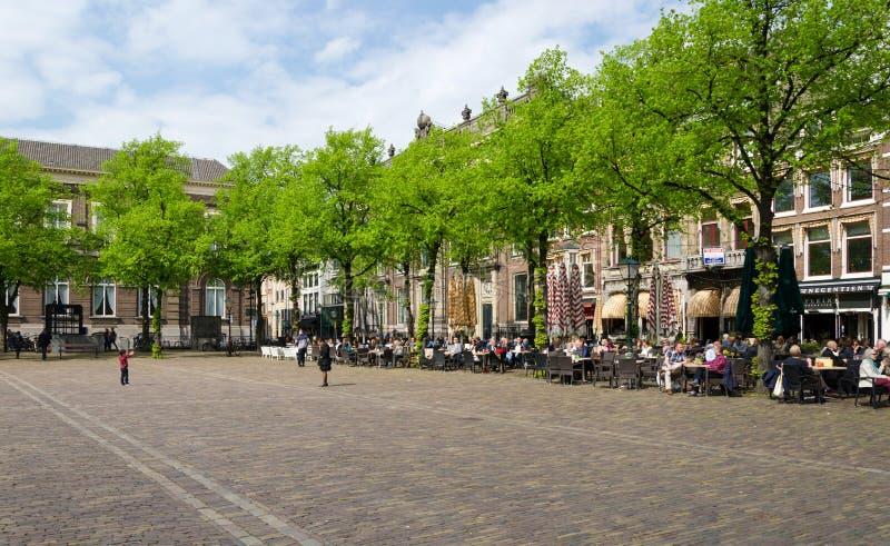 Den Haag, Nederland - Mei 8, 2015: Nederlandse Mensen bij Cafetaria in Het Plein in Den Haag royalty-vrije stock foto