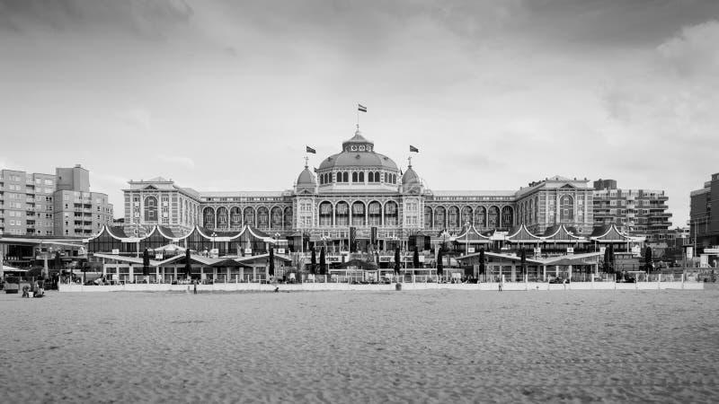 Den Haag, Nederland - Mei 8, 2015: Toeristen in Kurhaus van Scheveningen stock foto