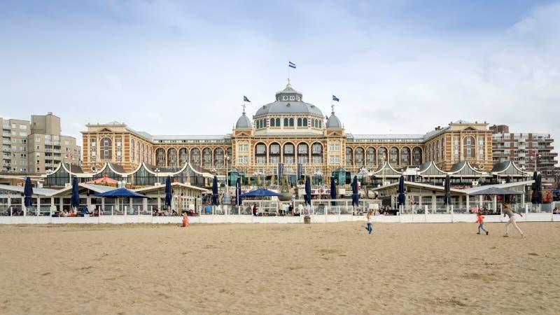 Den Haag, Nederland - Mei 8, 2015: Toeristen in Kurhaus van Scheveningen, Den Haag royalty-vrije stock foto