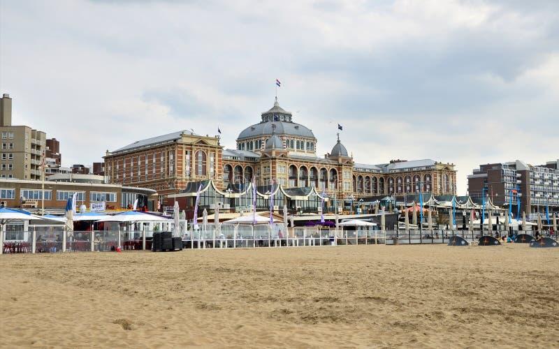 Den Haag, Nederland - Mei 8, 2015: Toeristen in Kurhaus van Scheveningen of Groot Hotel Amrath Kurhaus Den Haag royalty-vrije stock foto's