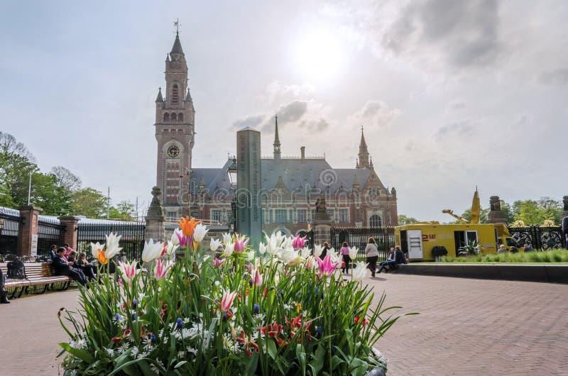 Den Haag, Nederland - Mei 8, 2015: Verslaggevers bij het Vredespaleis in Den Haag, Nederland stock afbeeldingen