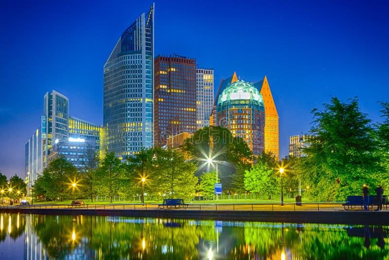 Den Haag Wolkenkratzer-Skyline an der blauen Stunde in den Niederlanden lizenzfreie stockbilder