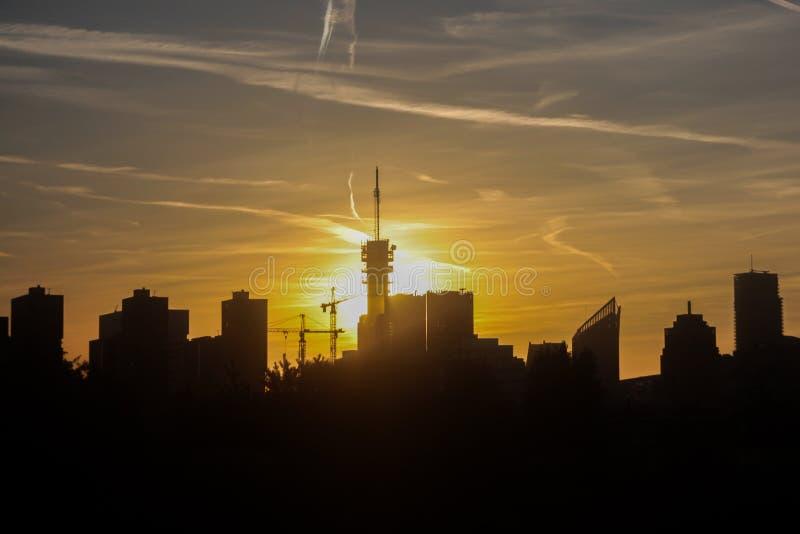 Den- Haagstadtskyline im Schattenbild an der goldenen Stunde lizenzfreie stockfotografie