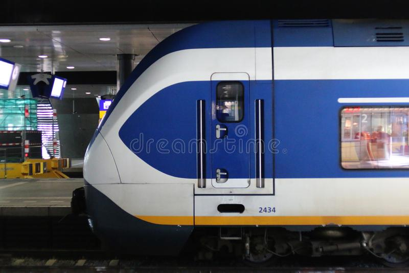 Den Hague, Nederland, 15 Februari, 2019: Een zijaanzicht van een treinsprinter van NS royalty-vrije stock afbeelding