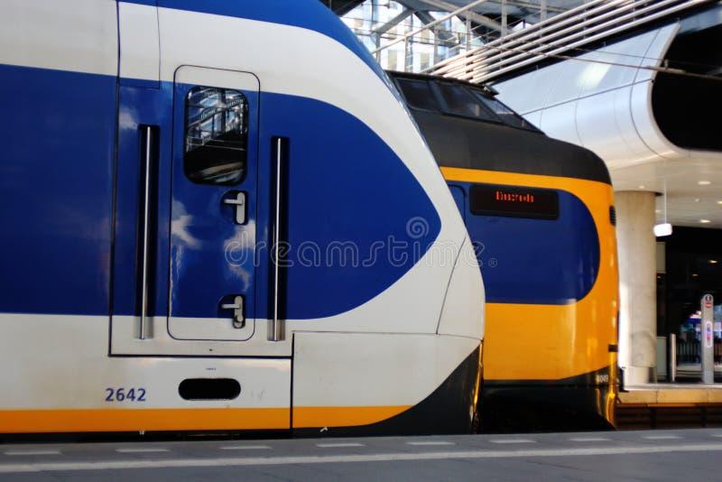 Den Hague, Nederland, 15 Februari, 2019: treinen, een sprinter en een interlokaal wachten aan vertrek naast elkaar stock afbeeldingen