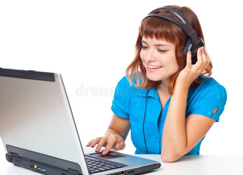 den haired flickan lyssnar rött teen för musik till royaltyfria bilder
