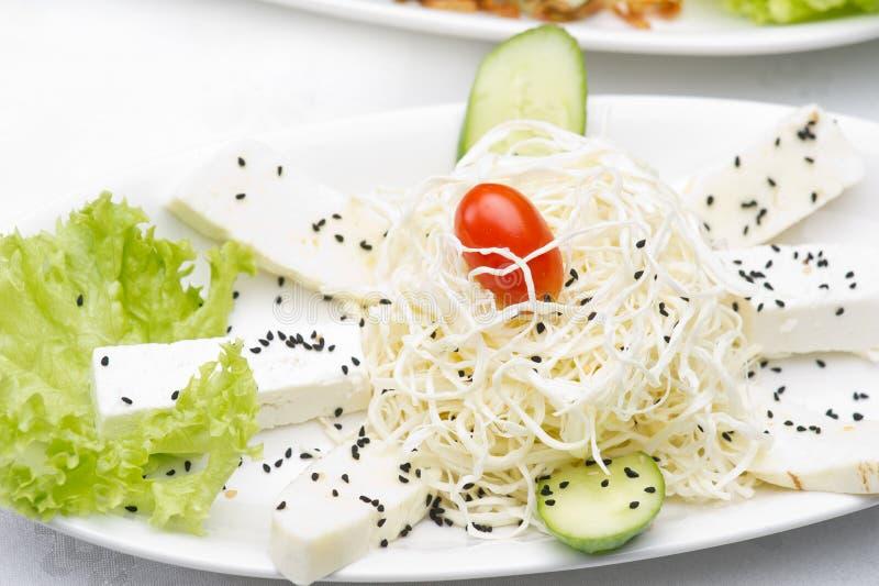 Den Halloumi ostplattan tjänade som med sesam & veggies arkivfoton