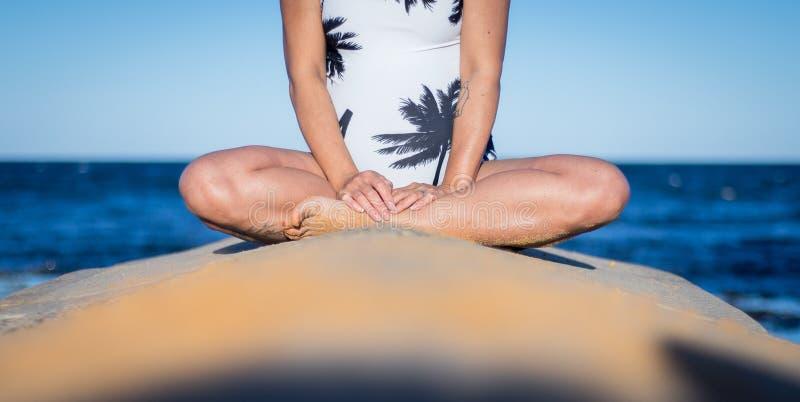 Den halva kroppen av gravida kvinnan i den vita sommarbaddräkten, sitter royaltyfri fotografi
