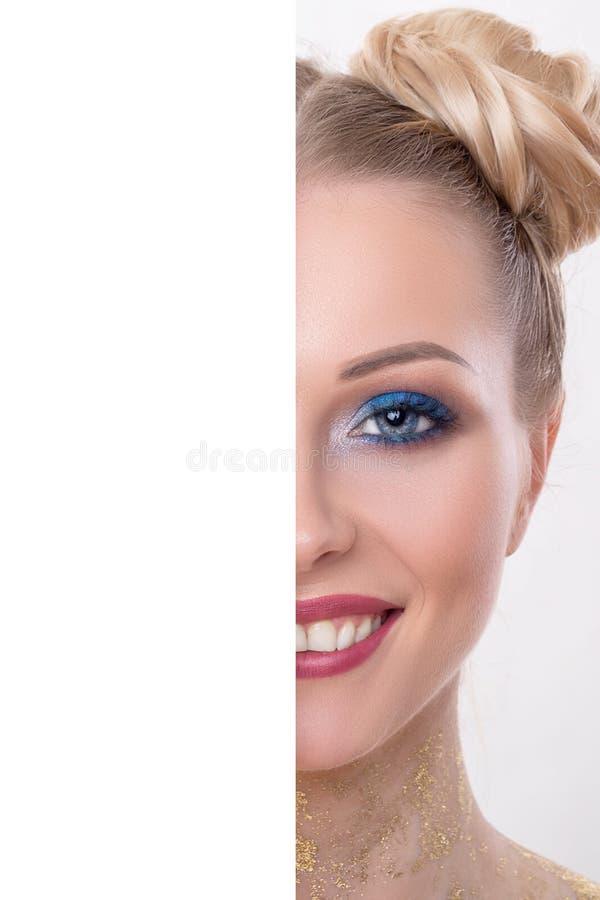 Den halva skönhetframsidan med tomt brädebegrepp, stänger sig upp den halva framsidaståenden av flickan med perfekt ny ren hud, u royaltyfri bild