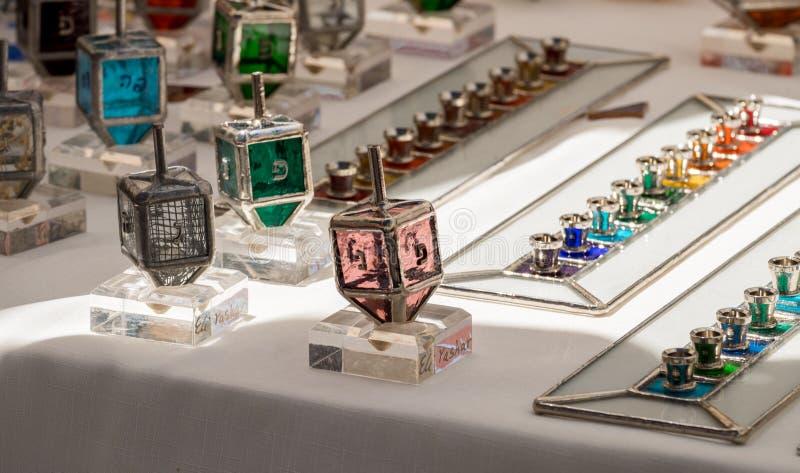 Den handgjorda överkanten och menoror för den exponeringsglashanukkah snurret sålde på hemslöjdmarknaden israel royaltyfria bilder