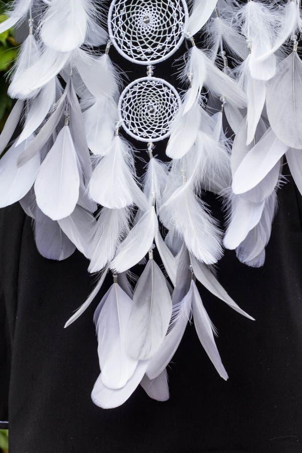 Den handgjorda dröm- stopparen med fjädrar dragar och pryder med pärlor att hänga för rep arkivbilder
