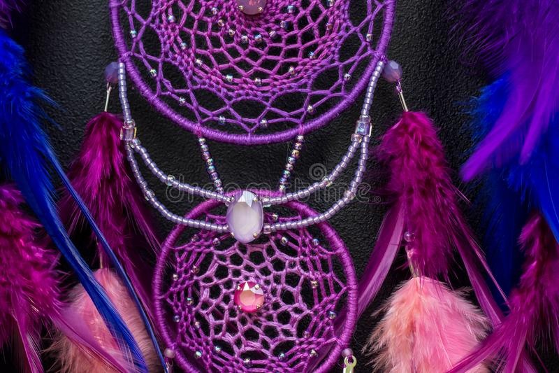 Den handgjorda dröm- stopparen med fjädrar dragar och pryder med pärlor att hänga för rep fotografering för bildbyråer