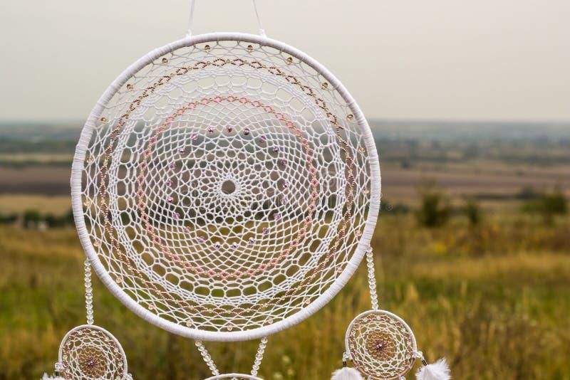 Den handgjorda dröm- stopparen med fjädrar dragar och pryder med pärlor att hänga för rep royaltyfria foton