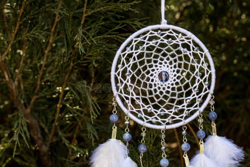 Den handgjorda dröm- stopparen med fjädrar dragar och pryder med pärlor att hänga för rep arkivbild