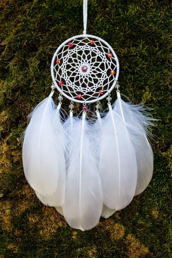 Den handgjorda dröm- stopparen med fjädrar dragar och pryder med pärlor att hänga för rep arkivfoton
