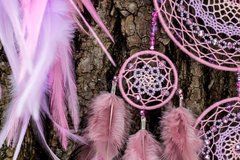 Den handgjorda dröm- stopparen med fjädrar dragar och pryder med pärlor att hänga för rep royaltyfri fotografi