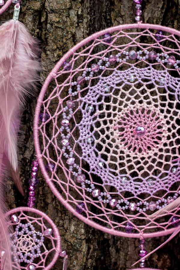 Den handgjorda dröm- stopparen med fjädrar dragar och pryder med pärlor att hänga för rep arkivfoto