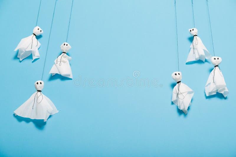Den handgjorda halloween hantverkdekoren, papper ?r sp?kskrivare bakgrund royaltyfria foton