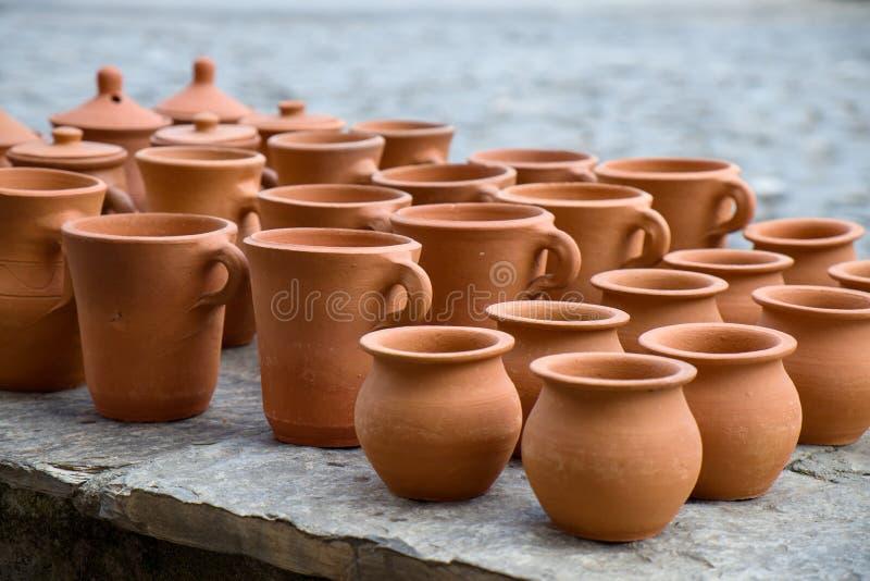Den handgjorda samlingen av lerakrukor i Sheki royaltyfria bilder